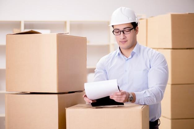Hombre que trabaja en el servicio de traslado de caja