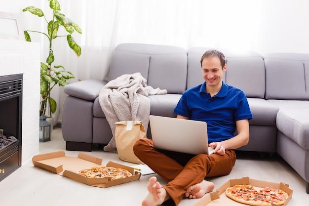 Hombre que usa la computadora portátil para pedidos de alimentos en línea durante la cuarentena, primer plano. servicio de entrega