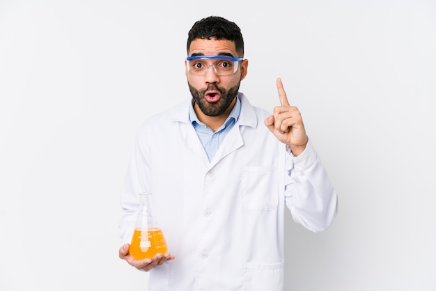 Hombre químico árabe joven aislado teniendo una idea, concepto de la inspiración.