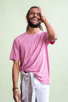 Hombre con rastas riendo