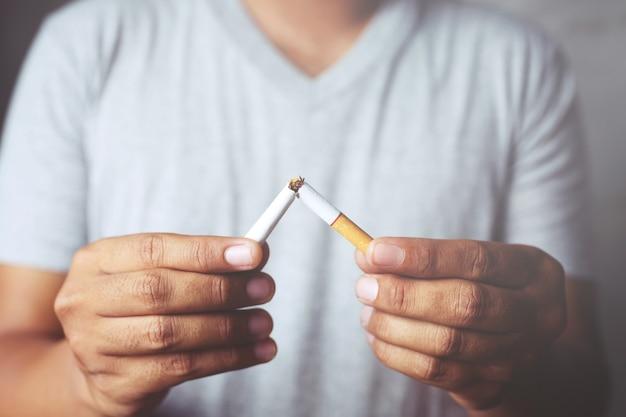 Hombre rechazando el concepto de cigarrillos para dejar de fumar y estilo de vida saludable. concepto de no fumadores.