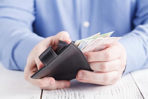 El hombre recibe dinero de la billetera