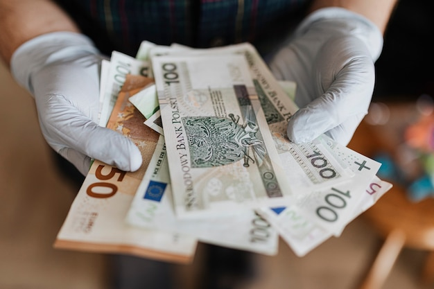 Hombre recibiendo apoyo financiero durante la pandemia covid-19