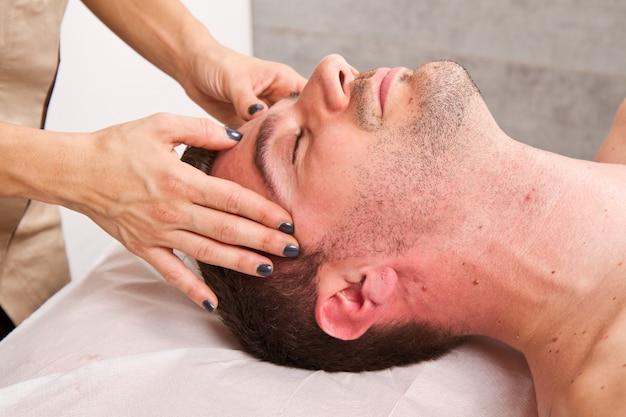 Hombre recibiendo masaje en el centro de belleza