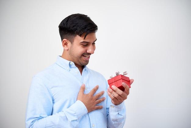 Hombre recibiendo un regalo
