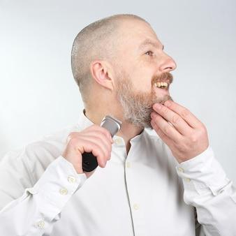 Hombre recortador corrige su barba