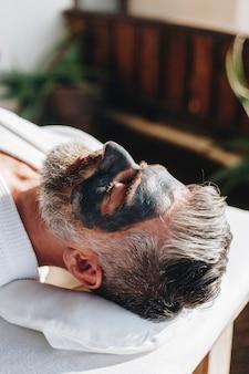 Hombre relajante en un spa de belleza