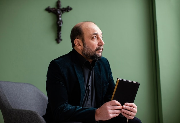 Hombre religioso sosteniendo un libro sagrado