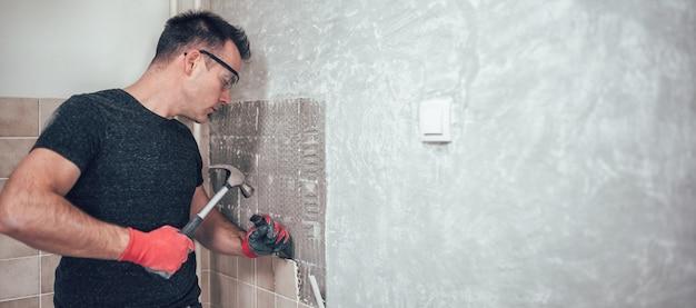 Hombre renovando azulejos de cocina