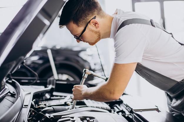Hombre de reparación haciendo servicio de coche