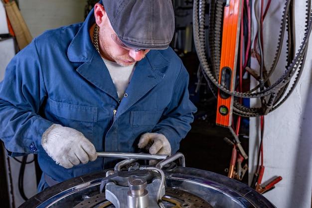 Hombre reparando neumáticos de motocicleta con kit de reparación, kit de reparación de tapones de neumáticos para neumáticos sin cámara.