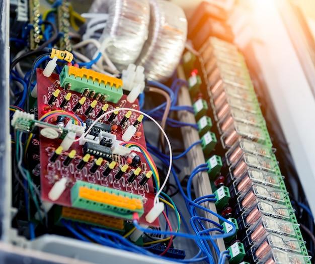 El hombre está reparando el voltaje de la centralita con interruptores automáticos.