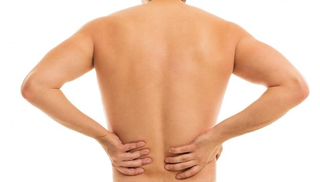 El hombre retiene la espalda debido al dolor.