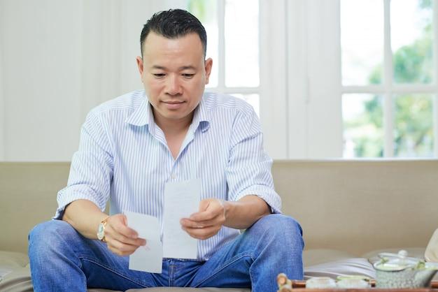 Hombre revisando facturas