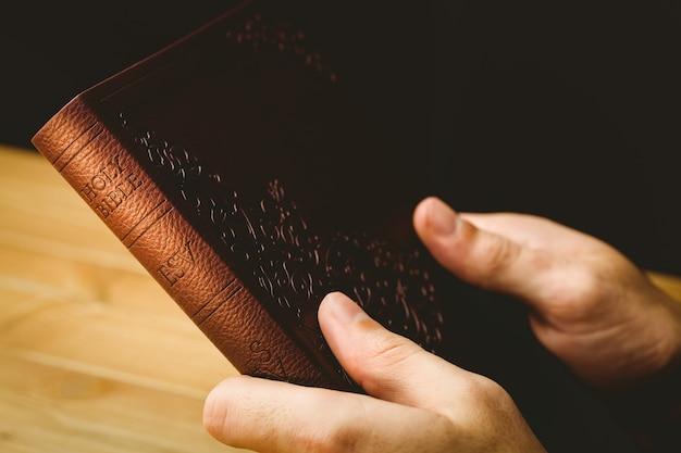 Hombre rezando con su biblia