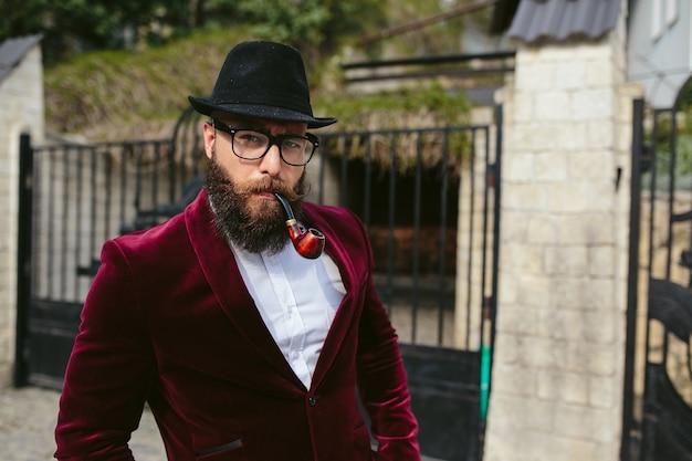 Un hombre rico con barba, pensando en negocios.