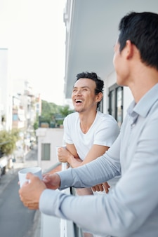 Hombre riéndose de broma de compañero de trabajo