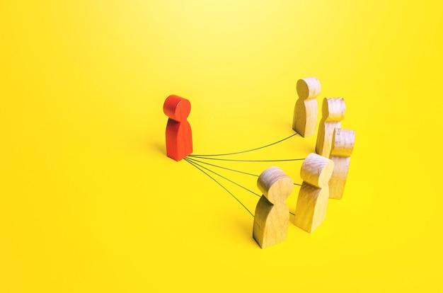 Hombre rojo conectado por líneas con personas. gestión de personal. subordinación. habilidades de liderazgo