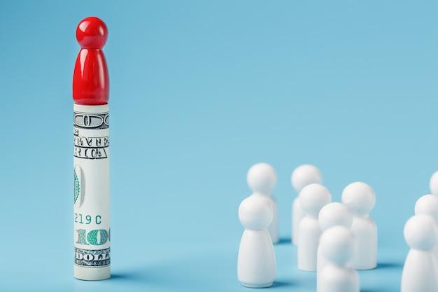 Un hombre rojo tiene dinero en dólares y maneja una multitud de blancos. el concepto de poder codicioso y gestión de personas.