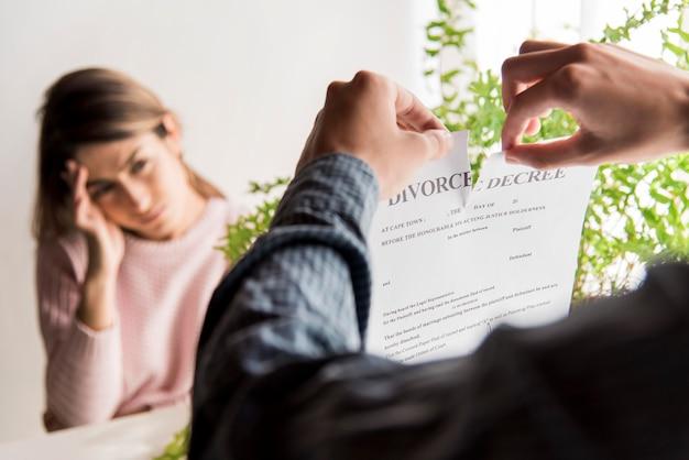 El hombre rompe el decreto de divorcio