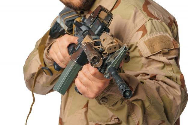 Hombre con ropa de airsoft y rifle de aire