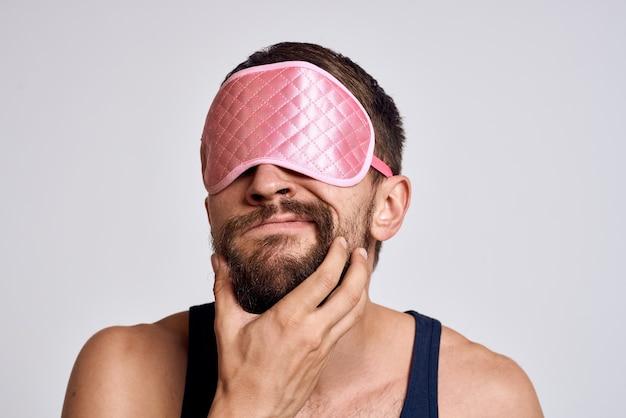 Hombre con ropa de casa y una máscara para dormir