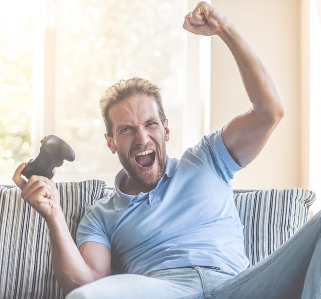 Hombre en ropa casual es mano en puño y gritando