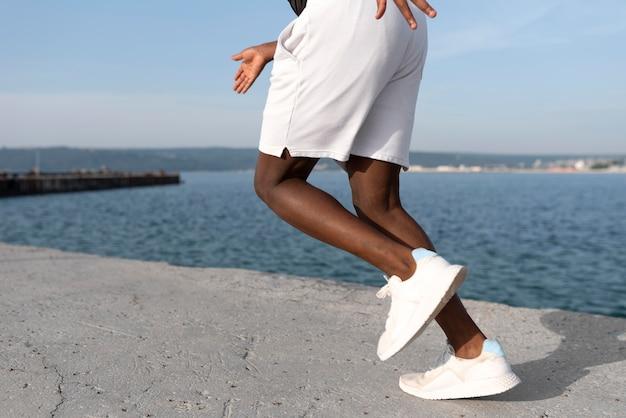 Hombre en ropa deportiva haciendo ejercicio al aire libre