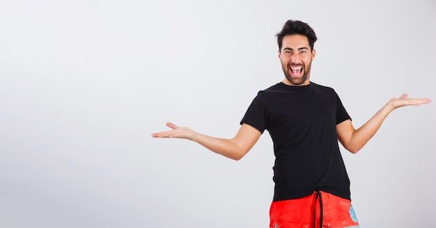 Hombre en ropa de playa riéndo con locura