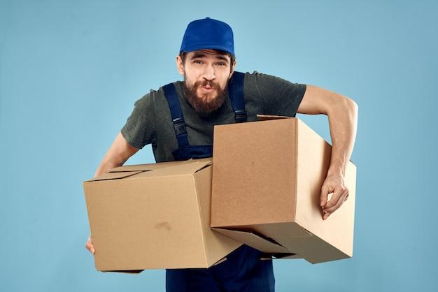 Hombre en ropa de trabajo, entrega de paquetes, cosas, productos.
