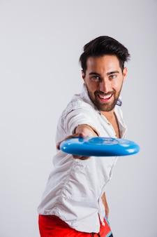 Hombre en ropa de verano sujetando frisbee vista cercana