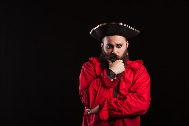 Hombre de rostro serio disfrazado de marinero caribeño para halloween. actor disfrazado de pirata.