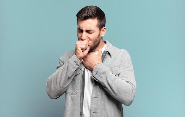 Hombre rubio adulto guapo que se siente enfermo con dolor de garganta y síntomas de gripe