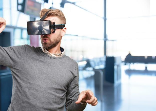 Hombre rubio con gafas virtuales. expresión de sorpresa