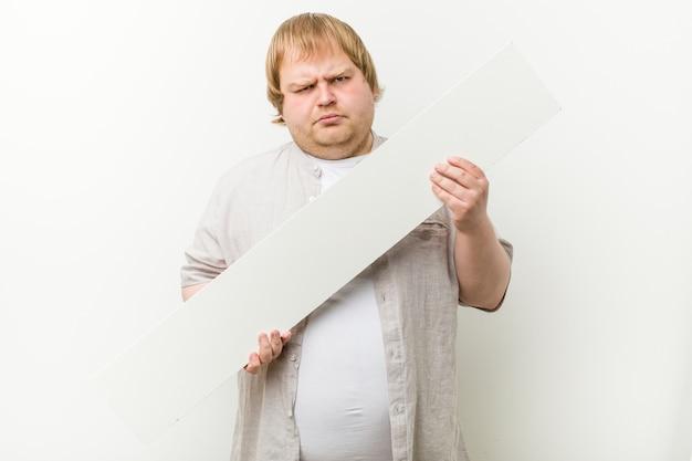 Hombre rubio loco caucásico con un cartel