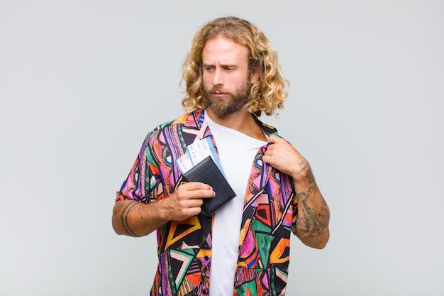 Hombre rubio que se siente estresado, ansioso, cansado y frustrado, tirando del cuello de la camisa, luciendo frustrado con el problema