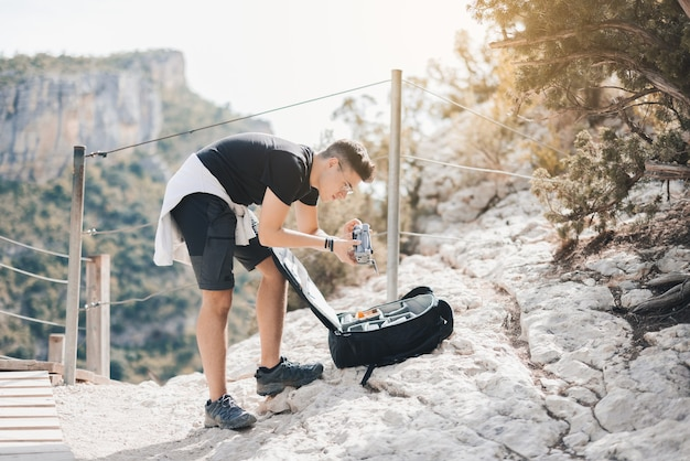 Hombre sacando un dron de su mochila