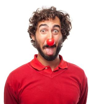 Hombre sacando la lengua con una nariz roja