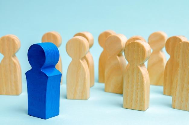 Un hombre sale de la multitud. equipo de negocios atraer personas al trabajo.