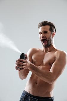Hombre salpicando desodorante y grito