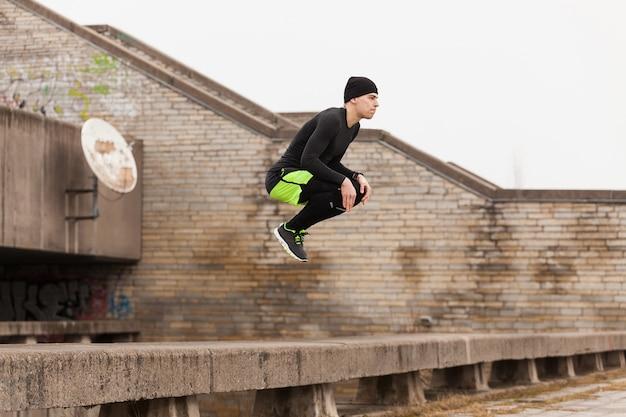 Hombre saltando en techo