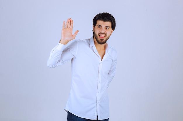 Hombre saludando y dando la bienvenida a alguien.