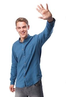 Hombre saludando con la mano mientras sonríe