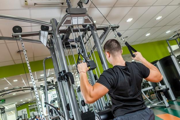 Hombre sano entrenando en el gimnasio