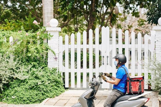 Hombre en scooter entregando comida
