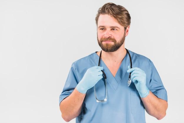 Hombre seguro de la enfermera que sostiene el estetoscopio
