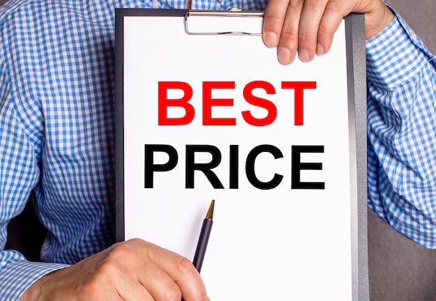El hombre señala con un bolígrafo la frase mejor precio en una hoja blanca.