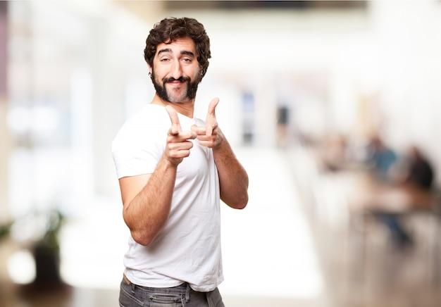 Hombre señalando con sus dedos