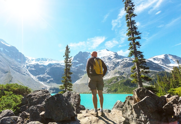 Hombre de senderismo en las montañas canadienses. la caminata es la actividad recreativa popular en américa del norte. hay muchos senderos pintorescos.