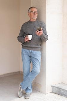 Hombre senior moderno al aire libre